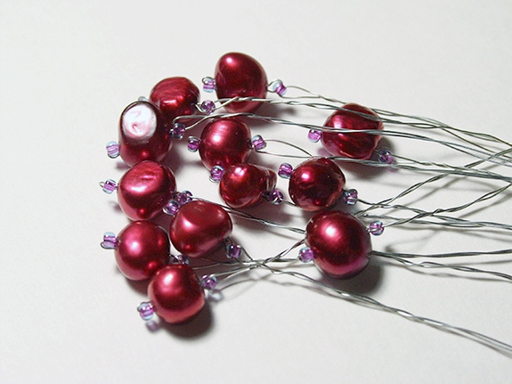 плетение бисером фото, ягодная гроздь из бисера и бусин, бутоньерка из бисера, бутоньерка.